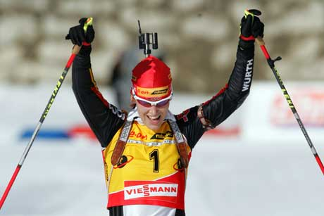 Kati Wilhelm jubler i det hun går i mål på jaktstarten. (Foto: AP/Scanpix)
