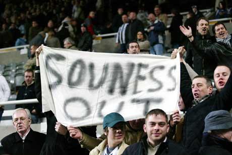 Newcastle-fansen på tribunen viste hva de syntes oman mangager Graeme Souness. (Foto: AP/Scanpix)