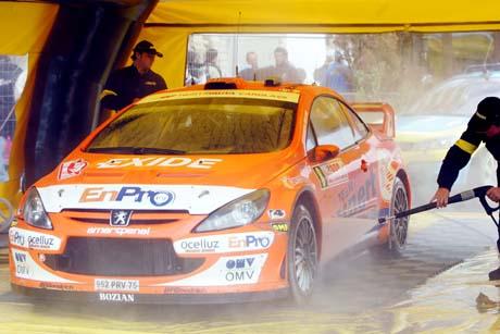 Rallyføreren Henning Solberg og kartleser Cato Menkerud kommer inn til service under lørdagens Rally Monte Carlo som kjøres sør i Frankrike og i Monaco. (Foto: Håkon Mosvold Larsen / SCANPIX )