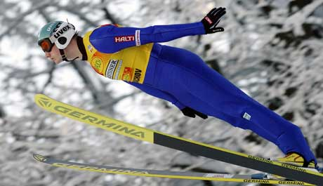Hannu Manninen i hoppbakken i Harrachov. (Foto: AP/Scanpix)