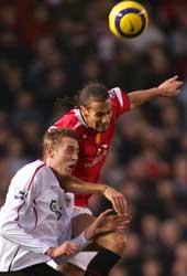 Rio Ferdinand slår Peter Crouch i luften. Helt på tampen av kampen scoret Ferdinand også seiersmålet. (Foto: Reuters)