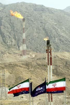 Iranske flagg vaier over South Pars-gassfeltet, som inneholder 7 prosent av verdens gassreserver. (Foto: H.Sarbakhshian)
