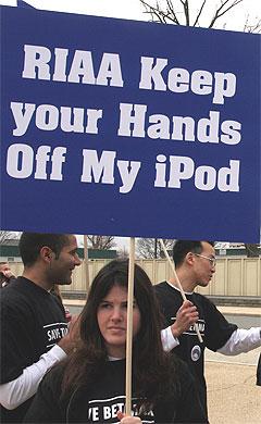 Demonstrasjoner utenfor høyesterett i Washington mars 2005. Amerikansk rett konkluderer at fildelingtjenester kan bli holdt ansvarlig for at folk laster ned kopibeskyttet materiale. Foto: Scanpix.