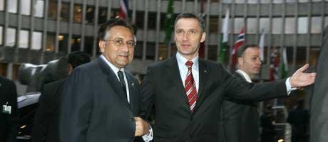 Musharraf og Stoltenberg utenfor Høyblokken i Regjeringskvartalet ( Foto: Heiko Junge / Scanpix)
