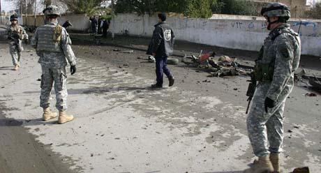 USA-soldater inspiserer åstedet for bomben i Kirkuk i dag. (Foto: M.Ibrahim, AFP)