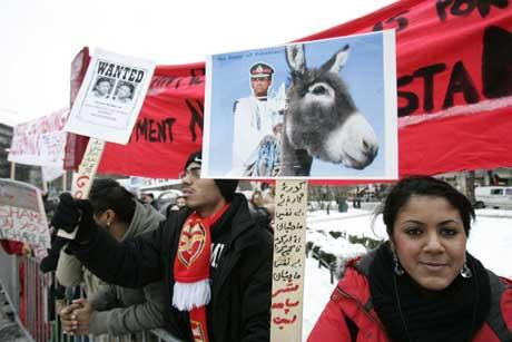 Musharraf er ingen demokrat, mente mange av demonstrantene utenfor Stortinget (Foto Heiko Junge / Scanpix)
