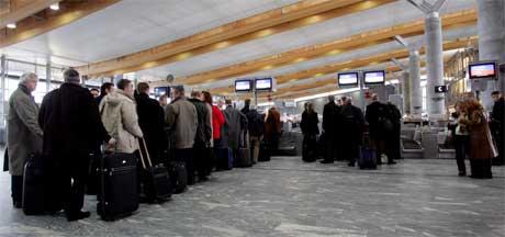Folk venter heller timesvis på flyplassen framfor å ta tog og buss. Foto: Håkon Mosvold Larsen/ Scanpix
