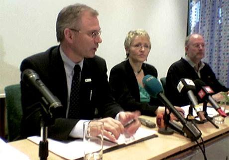 Petter Jansen i SAS Braathens (t.v.) og samferdselsminister Liv Signe Navarsete vil hjelpe passasjerer som ikke får lette. (Foto: Eivind Molde, NRK)