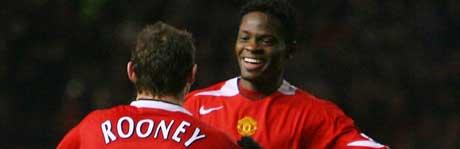 Louis Saha blir gratulert av Wayne Rooney etter at han sendte Manchester United til ligacupfinalen (Foto: REUTERS/Darren Staples)