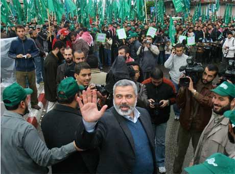 Førstekandidaten til Hamas ved valet, Ismail Haniya, framfor ei gruppe tilhengjarar. (Foto: AP/Scanpix)