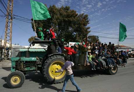Hamastilhengere tar traktoren i bruk for å feire valgseieren. Foto: Scanpix/AP.
