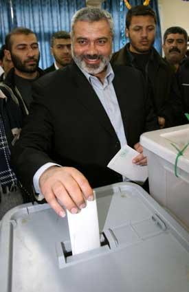 Hamaslederen stemmer under valget i går. Foto: Scanpix/Reuters.
