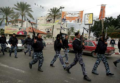 Palestinsk politi marsjerer mot parlamentet i Gaza i dag. (Foto: AP/Scanpix)