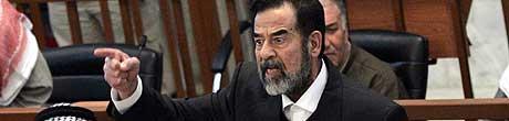 Saddam Hussein tar til seg mat igjen. (Arkivfoto: AP/Scanpix)