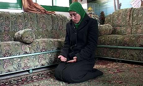 SAMIRA BER: - Hamas vil at palestinske kvinner skal være mer aktive i sosialt arbeid, og de vil også fremme kvinnenes sak, sier Samira Halayka. (Foto: NRK)