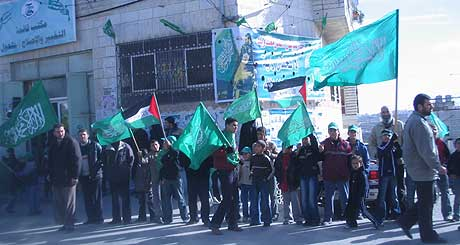 Hamas mener at forklaringen på den store opplutningen ligger i at palestinerne tror at Hamas skal makte å forandre politikken. (Foto: NRK)