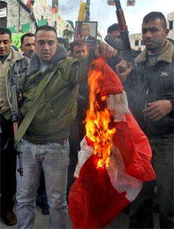 Medlemmer av al-Aqsa-martyrenes brigader brant søndag det danske flagget i protest mot publiseringen av karikaturene av profeten Muhammed i den danske avisen Jyllands-Posten. Foto: Scanpix