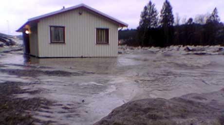 Isgang førte til at vann fra Figga strømmet inn til dette kontorbygget i Steinkjer. (Foto: NRK)