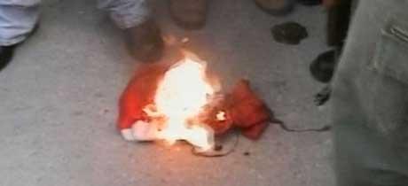 Det danske flagget brenner opp. (Foto: RTV)