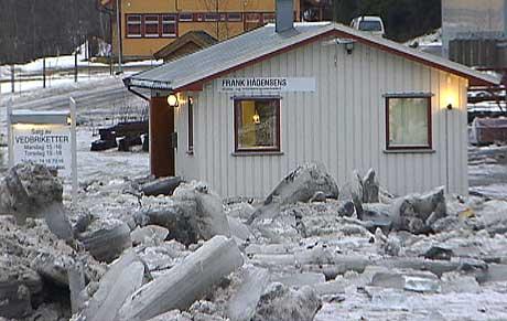 Nebørdmengdene og snøsmeltingen har allerede skapt isgang og oversvømmelse i Figga-elva i Steinkjer. (Foto: NRK)