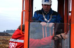 Ordfører i Hå, Terje Mjåtveit, måtte opp i en gammel Brøyt gravemaskin for å legge ned grunnsteinen til nybygget. Foto: Ingvald Nordmark