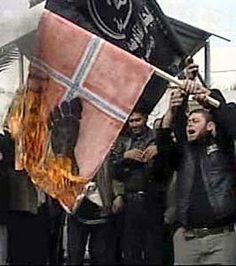 Palestinere brenner norske flagg i protest mot at Magazinet trykket karikaturer av profeten Mohammed. Foto: RTV