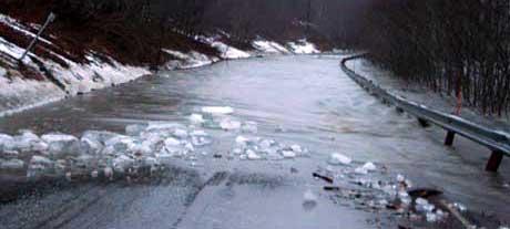 Verdalselva flommer over, og vann sperrer riksvei 757 mellom Vuku og Helgådalen, - her ved Grunnsvingen og Li-in. (Foto: Ole Nessemo)
