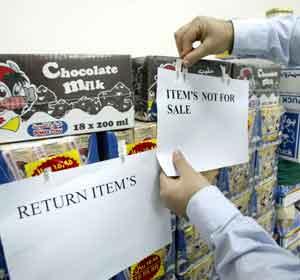 Danske varer får Ikke- for- salg-lapper på et supermarked i Riyadh i Saudi-Arabia. Foto: Hassan Ammar, AFP