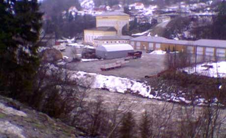 100 personer er evakuert fra dette industriområdet i Follafoss. (Foto: NRK)