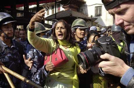 Kvinnelig demonstrant motsetter seg arrestasjon etter kong Gyanendras tale (Scanpix/AFP)