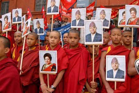 Buddhist-munker støtter kongen og dronningen (Scanpix/AP)