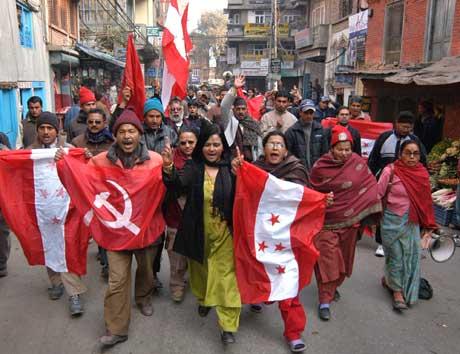 USA frykter alliansen mellom maoistene og de politiske partiene, som her demonstrerer foran lokalvalgene i Katmandu (Scanpix/AP)