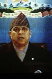 Kong Gyanendra holdt en TV-tale til nasjonen. Bildet er hentet fra skjermen (Scanpix/AFP)