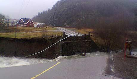 Arnevikbrua i Åfjord forsvant tirsdag kveld. (Foto: NRK)