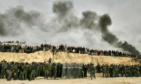 Nybyggere mot politi i Amona. (Foto: O.Balilty, AP)