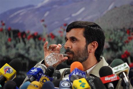 Irans president Mahmoud Ahmedinejad merker presset fra USA og Vesten. (Foto: Hasan Sarbakhshian/AP/Scanpix)