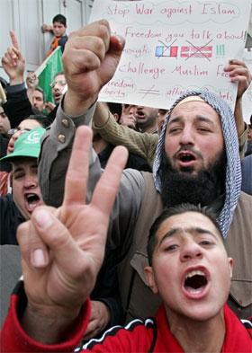 Hamas-tilhengere i byen Hebron på Vestbredden demonstrerte i går mot publiseringen av krenkende Muhammed-karikaturer i vestlige medier. (Foto: Nayef Hashlamoun/Reuters/Scanpix)