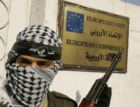 EU-kommisjonens kontor i Gaza by ble omringet av væpnede palestinere i dag. (Foto: Patrick Baz/AFP/Scanpix)