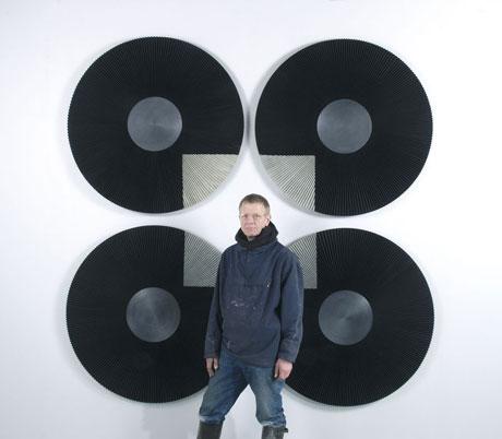 Jens Erland foran «Konstellasjon med kvadrat nr. 2». Foto: Olav Garborg