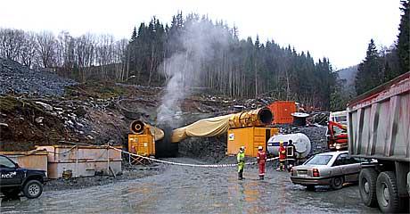 Politiet har no sperra av tunnelen på grunn av stor eksplosjonsfare. Foto: Jan Ivar Vik