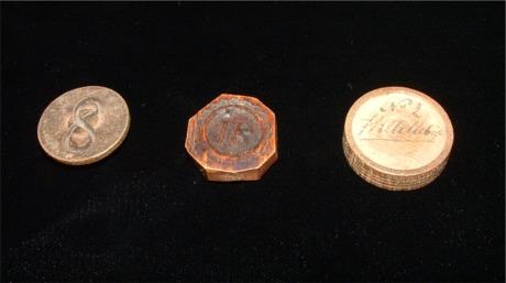 Disse pengene av tre er fra Rakkestad i Østfold. Der fungerte de som en lokal økonomi.