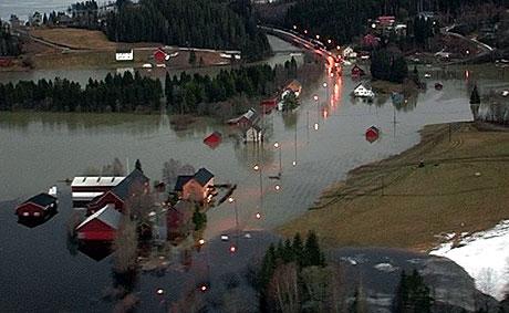 Flommen truer drikkevannet flere steder. Bildet er tatt i Vassbotna på Høylandet torsdag. Foto: NRK Trøndelag.