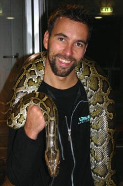 - Tigerpytonslangen er utruleg vakker, seier Joachim Ekeli som er dyrepassar på Akvariet i Bergen (Foto: NRK/Ingelin Røssland)
