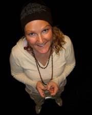LYKKELIG GJENFORENING: Kåsør Kristin Rivrud med sin mobil. Foto: Anne Cathrine Syversen, NRK