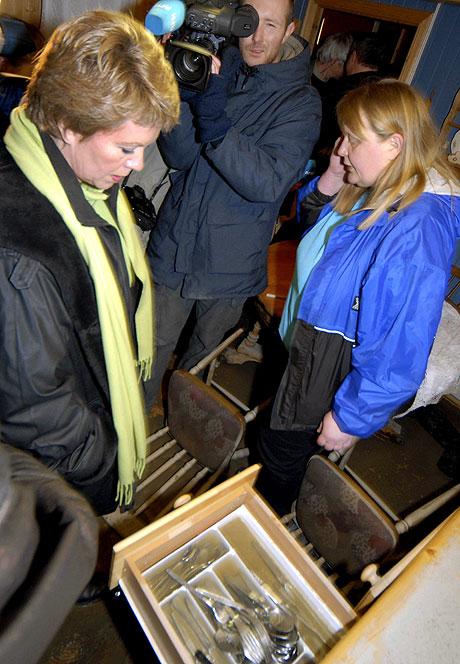 Gunn Wolden (t.h.) i Vuku var en av de som fikk huset fylt med elvevann tidligere denne uken. Fredag møtte hun kommunalminister Åslaug Haga som var på besøk i de flomrammede områdene i Nord-Trøndelag. Foto: Geir Otto Johansen / SCANPIX