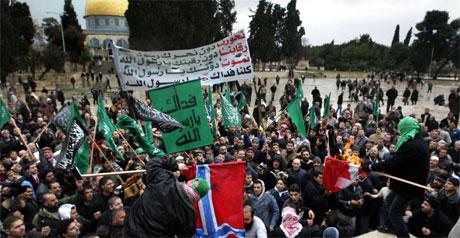 Muslimer brenner det norske og det danske flagget foran Al-Aqsa moskeen etter fredagsbønnen i Jerusalem. Foto: AFP Photo