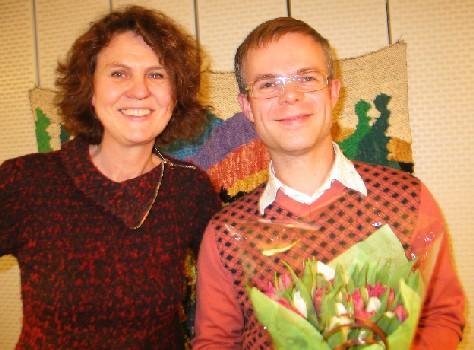 Tore Renberg mottar P2-lytternes romanpris 2005. Marta Norheim er programleder for radioprogrammene.