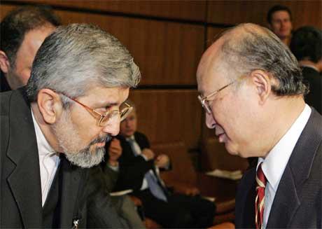 Irans ambassadør til IAEA, Aliasghar Soltaniyeh, her (t.v.) i samtale med styrleder Yukiya Amano, klarte ikke å hindre at landets atom-program blir en sak for FNs sikkerhetsråd. (Foto: Hainz-Peter Bader/ Reuters/ Scanpix)