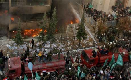 Brannmannskapene jobbet fortvilet med å stoppe brannen, men den danske abassaden i Damaskus brant ned til grunnen.(Foto: REUTERS /Khaled al-Hariri).