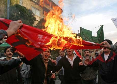 Demonstranter brant det danske flagget i protest mot at flere danske aviser har trykket karikaturtegninger av profeten Muhammed. (Foto:REUTERS/Khaled al-Hariri )